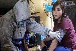 Tim medis Puskesmas Lama Sei Lepan periksa kesehatan warga tiba dari luar negeri