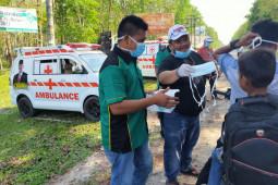 Antisipasi COVID-19 terhadap masyarakat desa, Sukimin bagi masker