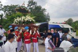 Ibunda Jokowi dimakamkan dekat pusara suami
