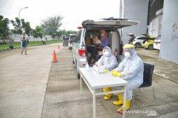 Hasil tes cepat, 77 orang negatif COVID-19 saat Drive Thru di Stadion Bekasi