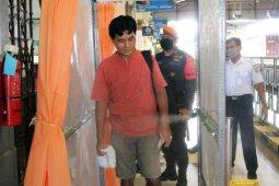 Sterilkan penumpang, KAI Cirebon gunakan bilik disinfektan