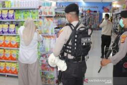 Cegah COVID-19, polisi bubarkan pengunjung Suzuya Mall Lhokseumawe