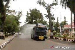 Cairan disinfektan basahi jalan-jalan di Kota Barabai