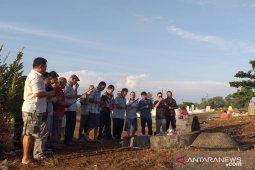 Etnis Tionghoa di Kabupaten Belitung laksanakan sembahyang Cheng Beng di rumah