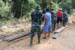 Usai rehab, prajurit TMMD  dan warga bersihkan material