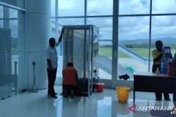 Petugas karantinakan seorang penumpang pesawat dari Makassar di Gorontalo