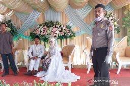Cegah penyebaran COVID-19, Polisi bubarkan resepsi pernikahan