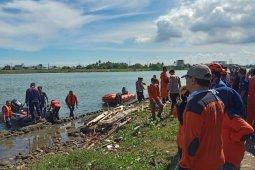 Seorang pria lompat dari jembatan, ditemukan meninggal terperangkap di lumpur dasar sungai