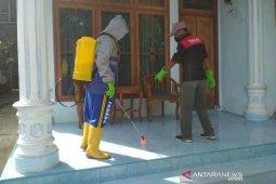 Warga Abdya semprot disinfektan massal cegah corona