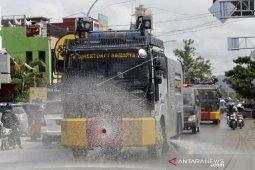 Foto - Mobil Polda Gorontalo semprot disinfektan jalan protokol