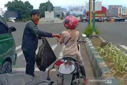 Lawan COVID-19, penjahit di Bengkulu ini bagikan 500 masker gratis