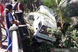 Ambulans terjun ke tebing sungai, tiga paramedis di Aceh Barat luka-luka