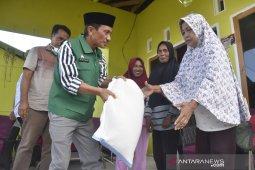 Bupati Gorontalo salurkan bantuan pangan kepada warga