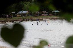 Pantai wisata masih tetap ramai pengunjung