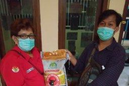 PDI Perjuangan Surabaya bagikan paket beras ke warga di lima kecamatan