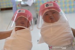 Bayi kembar tiga positif corona, namun orang tuanya negatif