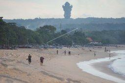 Wisatawan masih kunjungi pantai di Bali
