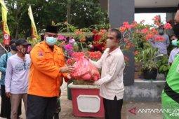 Bupati Kukar serahkan bantuan untuk warga terdampak COVID-19
