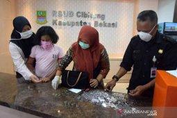 Kakak beradik di Bekasi sumbangkan celengan bantu APD tenaga medis