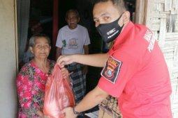 Kepedulian dua personel Humas Polres Simalungun kepada warga terdampak COVID-19