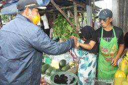 Bupati Belitung,  Sahani Saleh imbau pembeli takjil tetap jaga jarak