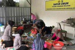 Dapur umum Polres Metro Bekasi sediakan ratusan nasi kotak buka puasa selama Ramadhan