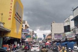 Dua hari jelang PSBB, ribuan warga padati pusat perbelanjaan di Kota Sukabumi