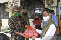 Bupati Gorontalo serahkan bantuan untuk warga yang terdampak COVID-19