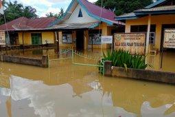Selain genang 1.209 rumah banjir di Batanghari juga rendam jalan menuju pemukiman