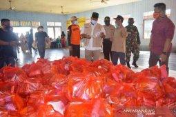 Bupati Edi Damansyah  salurkan paket sembako di Tenggarong Seberang