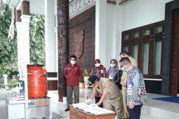 BNI Samarinda Serahkan Bantuan Cuci Tangan Portabel ke Walikota Samarinda