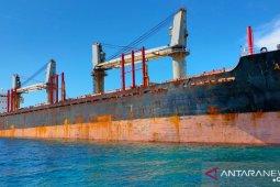 Petugas periksa ABK MV Asia Pearl IV yang kandas di Belitung