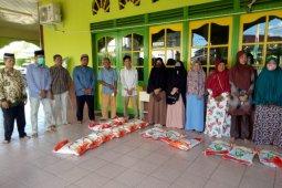 Masjid Mujahidin Sanggau salurkan bantuan beras dan uang tunai