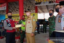 Kota Jambi serahkan insentif kepada petugas garda terdepan penanganan COVID-19
