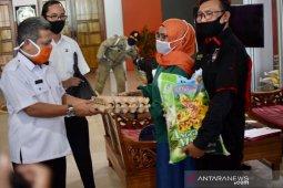 500 pekerja seni di Kabupaten Kubu Raya terima bantuan penanggulangan COVID-19