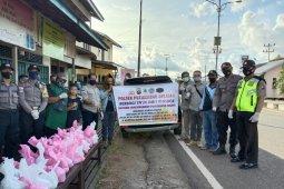 Kapolsek dan Camat Putussibau Selatan kompak bersama jurnalis bagikan takjil