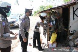 Polres Situbondo bagikan sembako kepada masyarakat belum peroleh bansos