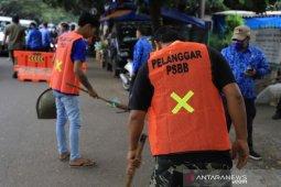 Tak gunakan masker,  pengendara di Tangerang dihukum menyapu jalan