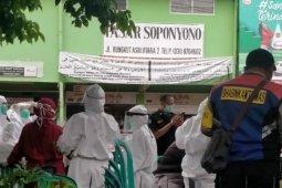 100 pedagang Pasar Soponyono dan Pahing Surabaya jalani tes cepat, tujuh reaktif