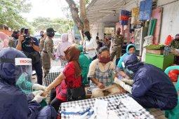Pedagang dan pengunjung pasar di Banyuwangi dites cepat, enam orang reaktif