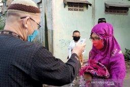 Warga yang hendak Shalat Id dicek suhu tubuhnya di Cileunyi, Bandung