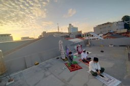 Tak di lapangan, anak kos gelar Shalat Id di atap rumah