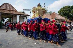 Grebeg Syawal, Keraton Yogyakarta bagikan 2.700 tangkai rengginang
