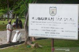 Ziarah di kuburan tsunami
