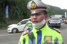 Kendaraan pelat B di jalur Puncak Bogor diminta putar balik oleh petugas