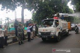 Ada pedagang positif COVID-19, PMI Jabar semprot disinfektan Pasar Antri Kota Cimahi