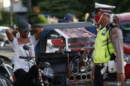 Disperindag bersama TNI-Polri larang warga masuk pasar tanpa masker