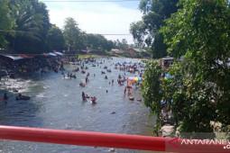 Warga padati wisata pemandian Batee Iliek