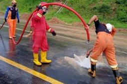 Petugas gabungan masih membersihkan material longsor di Tol Semarang-Solo