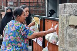 Warga Kediri berbagi sayuran dan lauk di pagar rumah